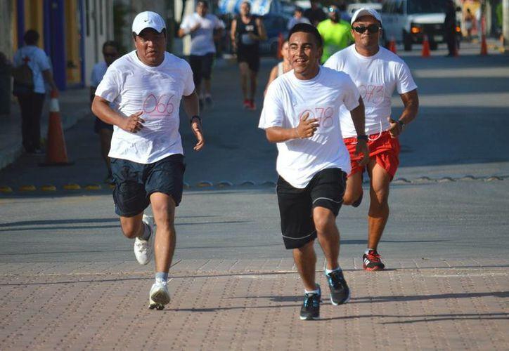 Ayer familias enteras acudieron a correr para apoyar a la Cruz Roja.  (Rafael Acevedo/SIPSE)