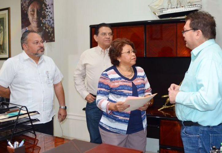 La Secretaría de Salud de Yucatán entregó el primer formato de Voluntad Anticipada al Colegio de Notarios de Yucatán para completar el trámite de la Ley que concede a las personas con enfermedades terminales la posibilidad de decidir sobre seguir tratamientos médicos o morir. (Cortesía)