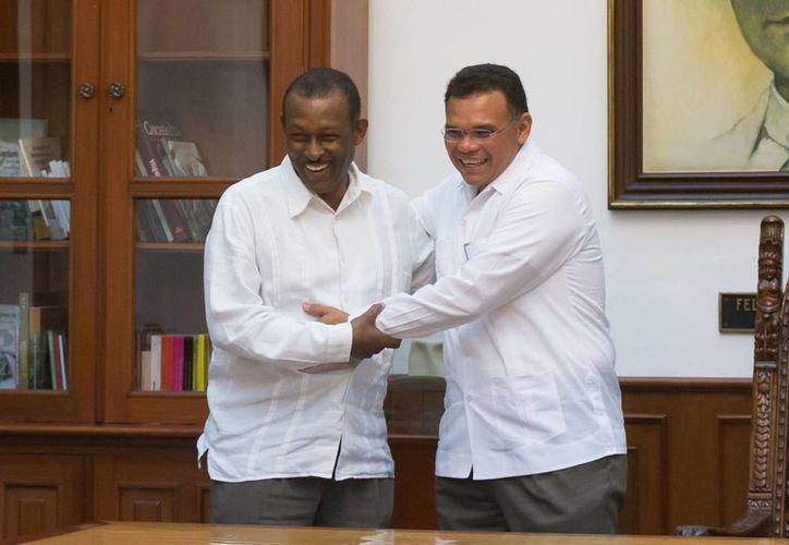 El gobernador de Yucatán, Rolando Zapata Bello (d), acompañado del embajador de Haití en México, Guy Lamothe. (SIPSE)