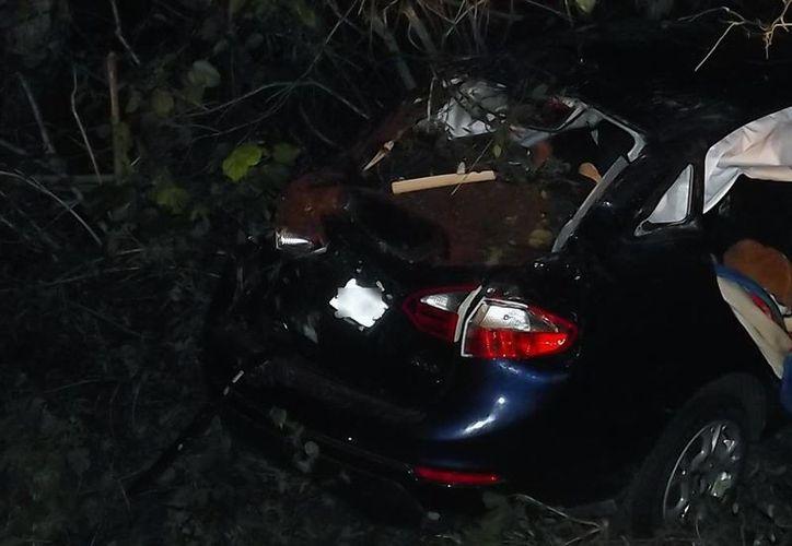 Un auto que viajaba de Mérida a Cancún se salió de la carretera y se estrelló contra un árbol. Un adulto y una niña murieron. (Luigi Domínguez/Milenio Novedades)
