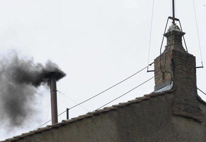 """También fue negra la segunda """"fumata"""" que comenzó a salir por la chimenea de la Capilla Sixtina este miércoles, señal de que no hay acuerdo en el Cónclave (EFE)"""