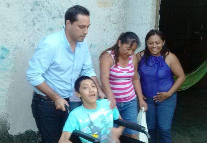 El diputado Mauricio Vila con la familia beneficiada. (Cortesía)