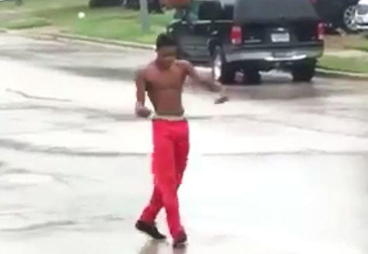 Toma con buen humor y baile el paso del huracán Harvey por Texas. (Foto: RT)