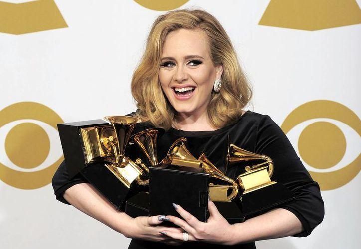 Adele vendió cinco veces más que los cantantes Ed Sheeran y Taylor Swift, quienes se ubicaron en el segundo lugar de ventas.(AP)