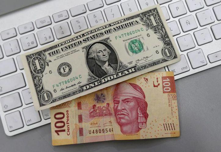 El dólar libre se ofrece en un precio máximo de 17.24 pesos en sucursales bancarias del Distrito Federal. (Archivo/Notimex)
