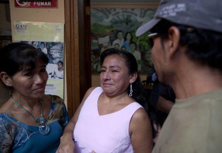 Los hermanos Ofelia (i), Elsira (c) y Avilio Funez (d) hablan durante su reencuentro en las instalaciones del Grupo de Apoyo Mutuo (GAM), en Guatemala. (EFE)