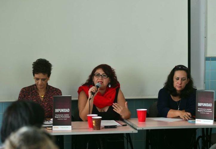 """Yunuhen Rangel Medina durante la charla""""violencia contra las mujeres periodistas, análisis legal"""", en Mérida. (Milenio Novedades)"""