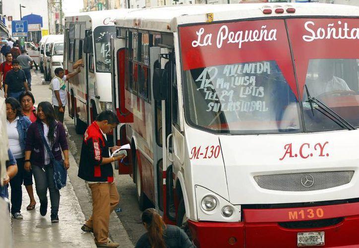 De acuerdo con la Secretaría de Desarrollo Agrario, Territorial y Urbano (Sedatu) la concentración de población en ciudades mal planeadas pone en riesgo los servicios públicos como el transporte. En la imagen, aspecto de un paradero de camiones urbanos en la ciudad de Mérida. (Milenio Novedades)