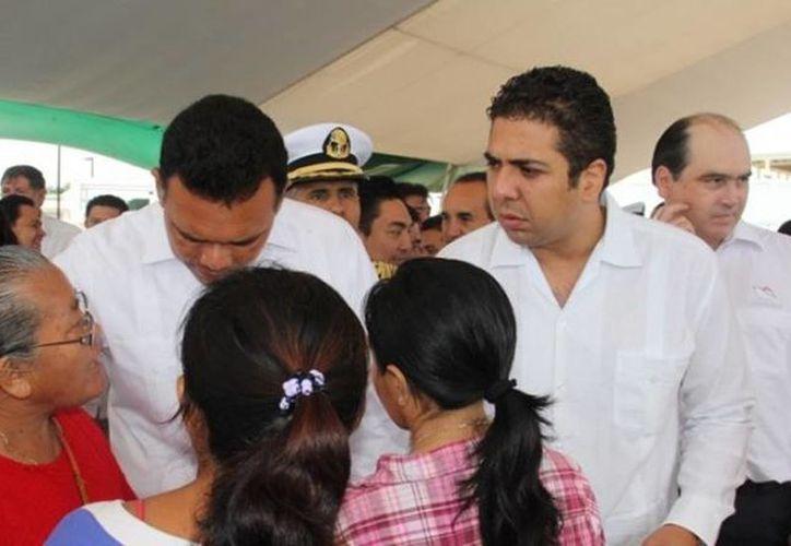 El gobernador Rolando Zapata Bello escuchó atentamente las solicitudes de los familiares de las personas lesionadas el pasado viernes, en el choque de lancha, para afrontar los gastos médicos y de hospitalización. (Cortesía)