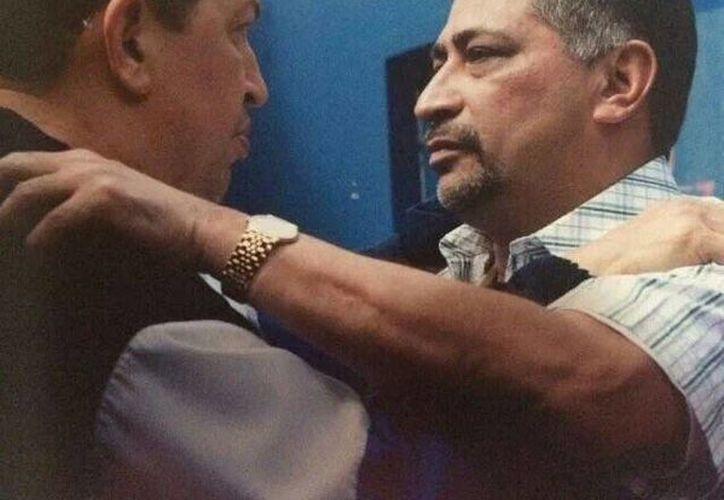 Imagen difundida en la cuenta de Twitter del presidente de Venezuela, Nicolás Maduro. En la fotografía aparecen el fallecido Hugo Chávez con su hermano Aníbal, quien murió este domingo. (@NicolasMaduro)