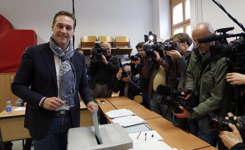 El principal candidato del Partido de la Libertad, Heinz-Christian Strache, deposita su voto durante las elecciones nacionales en Viena, Austria. (Agencias)