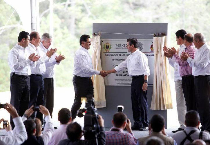 Peña Nieto inauguró la autopista en compañía de los gobernadores de Durango, Sinaloa, Coahuila, Zacatecas, Tamaulipas y Chihuahua. (Notimex)