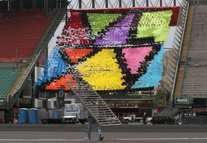 En el interior del Foros Sol se afinan los últimos detalles del Festival Vive Latino, antes de abrir las puertas para que inicie la celebración. (Notimex)