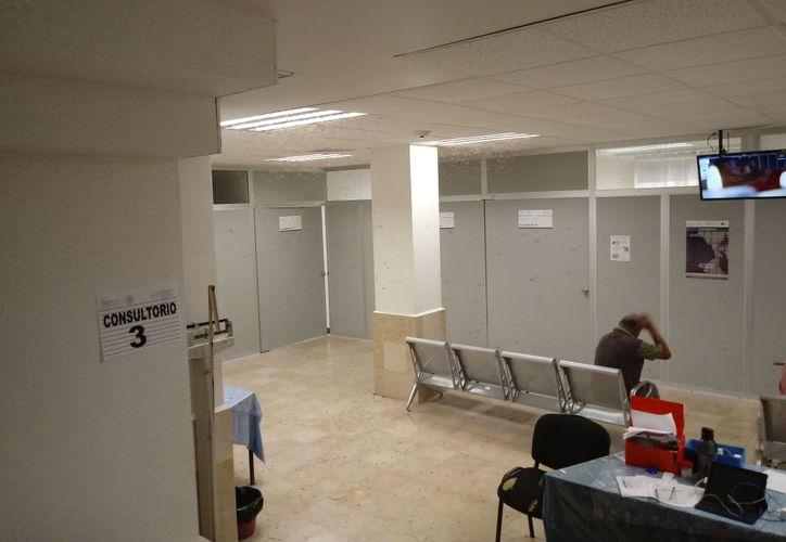 Los insectos voladores fueron una molestia para quienes esperaban en la sala.  (Joel Zamora/SIPSE)
