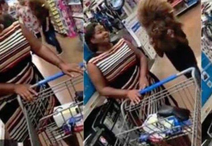 En uno de los dos videos que Tashila hizo públicos en su cuenta de Facebook, puede verse al travieso niño ocultándose mientras otros clientes realizan sus compras. (Captura de pantalla/Redes Sociales)