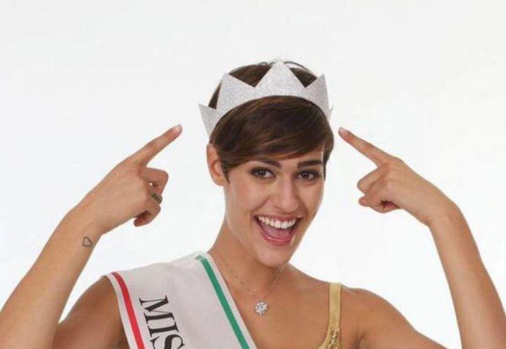 Alice Sabatini, Miss Italia 2015, destaca por su belleza, pero no por su inteligencia. (Facebook)
