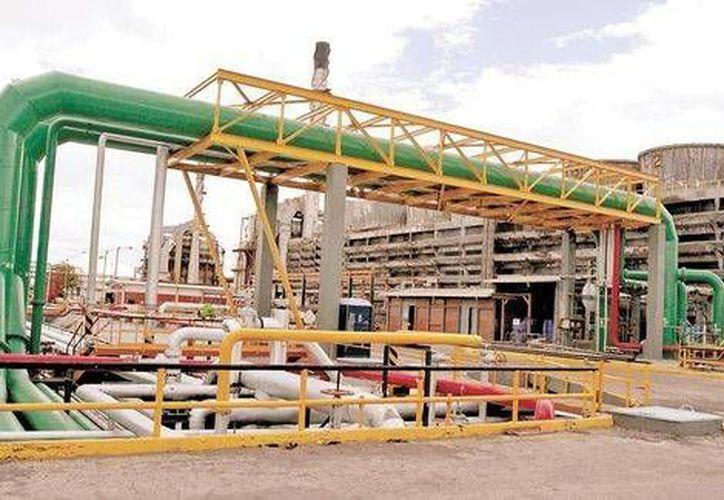 Luego del ajuste presupuestal la renovación de la refinería, que costaría 4.5 mil mdd, se suspendió. (Javier Ríos/Milenio)