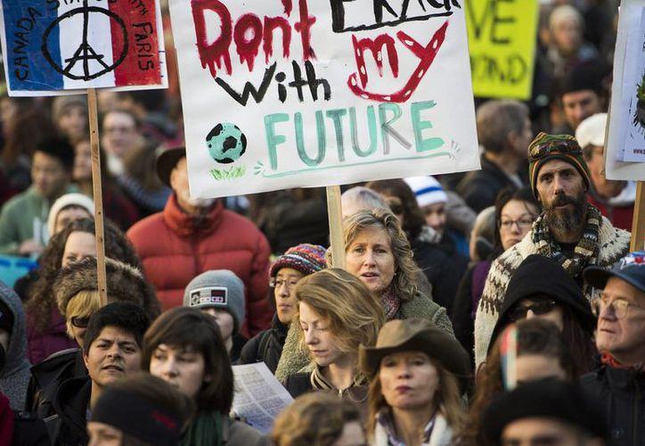 Aunque la Cumbre Mundial sobre cambio climático se realizará en París, en varias partes del mundo ha habido protestas al respecto, como se muestra en esta foto, en Vancouver, Canadá. (AP)