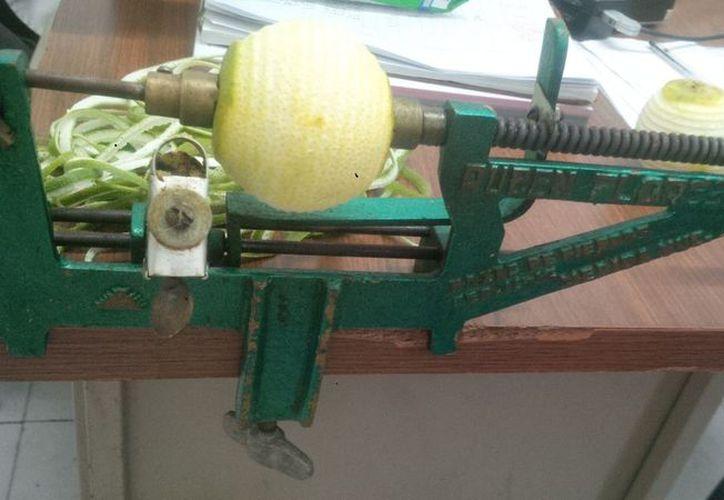 """La familia continuará con el legado: en los próximos días comenzarán con su servicio de reparación y venta de filos para las máquinas de pelar naranjas marca """"Rubén Flores"""". (Foto: Milenio Novedades)"""