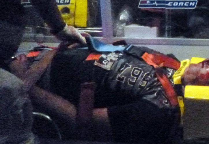 Imagen del traslado del motociclista quien sufrió graves heridas en el rostro en la carretera Mérida-Cancún. (Milenio Novedades)