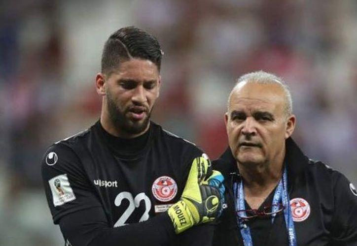 Moez Hassen ya puede decir que jugó un Mundial, pero el gusto solo le duró 15 minutos, chocó contra un jugador de Inglaterra y se lesionó (Foto tomada de foxsports.com)