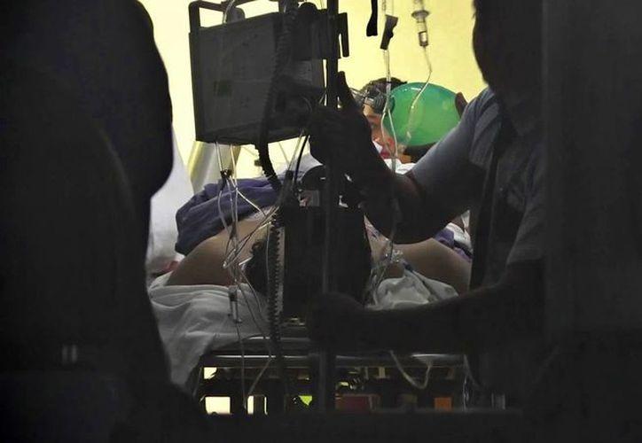 El paramédico que fue atropellado este lunes por un taxi, es atendido en un hospital de Cancún.  (Irving Canul/SIPSE)