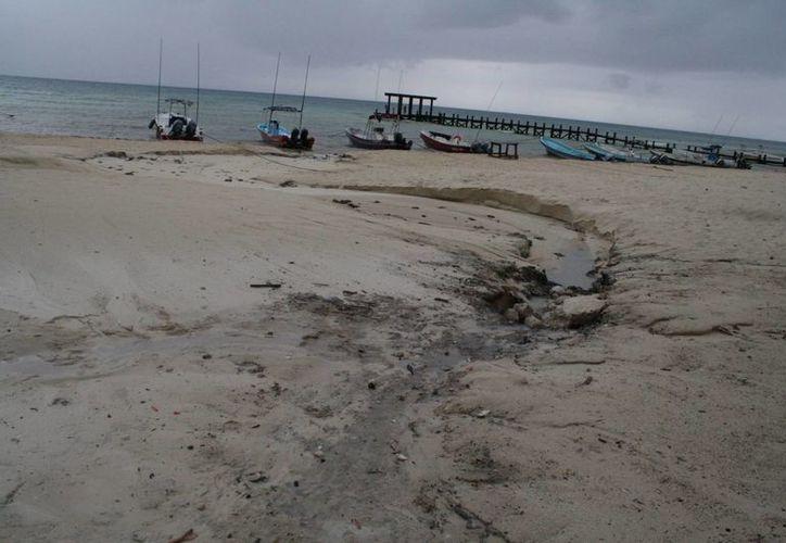 La playa presenta mala imagen para los turistas. (Loana Segovia/SIPSE)
