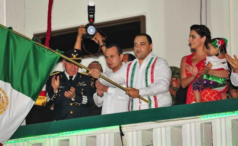 El jefe del Ejecutivo hizo repicar la campana y ondeó la Bandera Nacional. (Redacción/SIPSE)