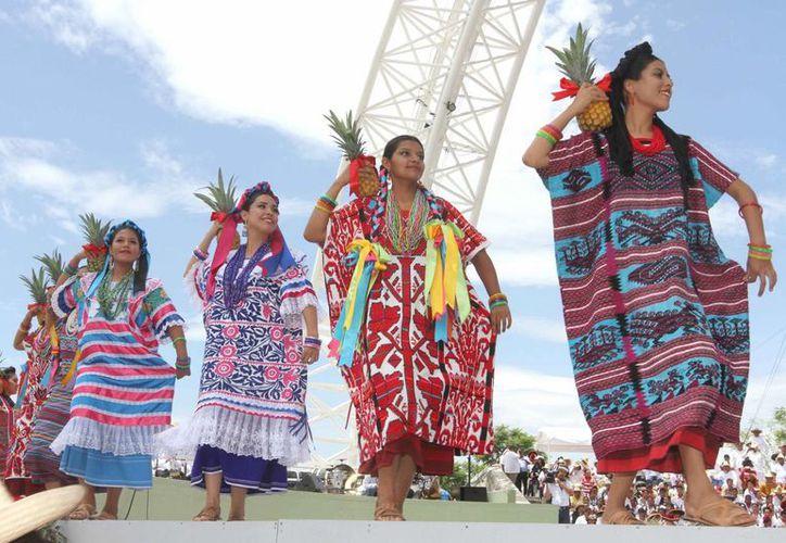 Los asistentes a la fiesta admiraron  la elegancia de los trajes istmeños bordados a mano. (Notimex)