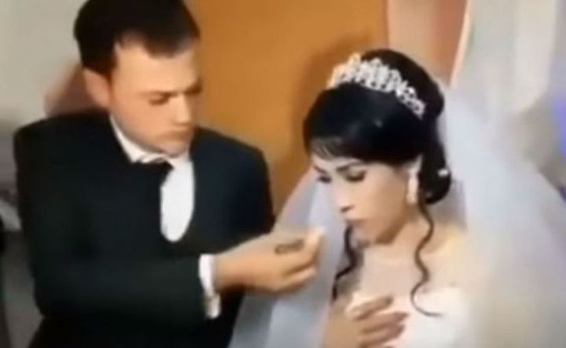 Golpea a su novia en plena boda por hacerle una broma con el pastel. (Foto: Contexto/Internet)