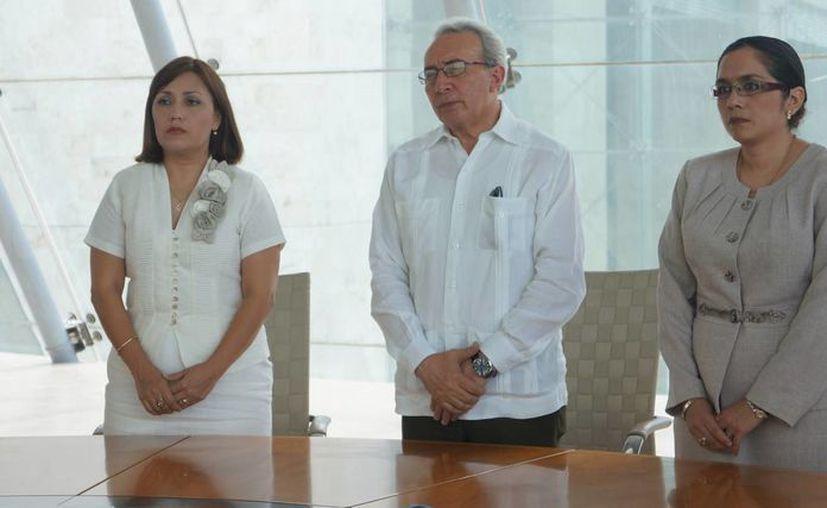 El juez ratificado, Raúl Cano Calderón, con las juezas que ocuparán nuevos puestos, Enna Alcocer del Valle y Selene López Pacheco. (SIPSE)
