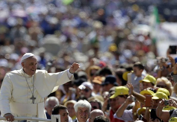 El Papa saluda a la personas que se encuentran en la Plaza de San Pedro. (Agencias)