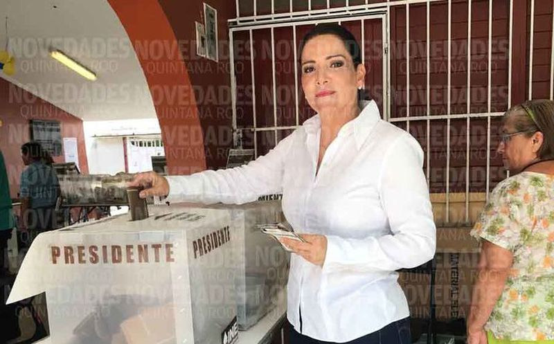 Acudió a votar a la escuela primaria Vicente Guerrero. (Gustavo Villegas/SIPSE)
