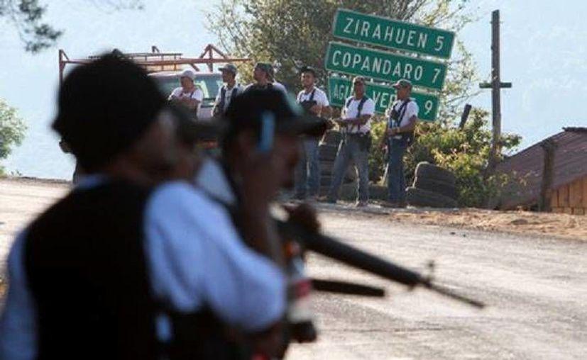 Los policías comunitarios ya regularizados continúan su avance en Michoacán, pero con la aprobación y apoyo de federales y estatales. (Milenio)