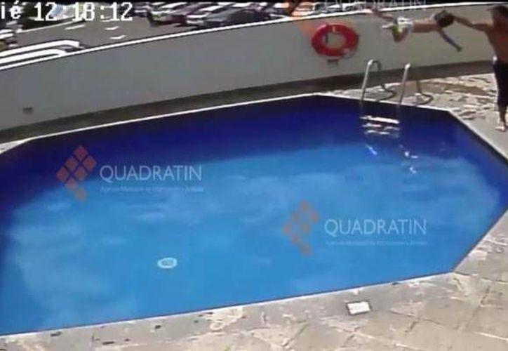 Captura de pantalla del video donde quedó registrado la agresión contra una menor de edad por parte de su padrastro en un hotel en Morelia. (YouTube)