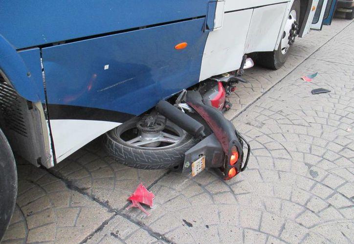 El conductor de la motocicleta no respetó la señal de alto y se impacto contra un camión de transporte. (Redacción/SIPSE)