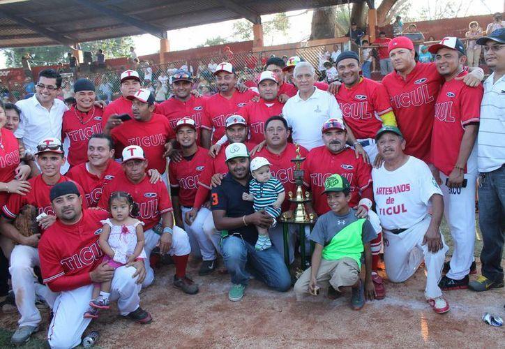 Artesanos de Ticul en la foto con el trofeo de campeón. (Milenio Novedades)