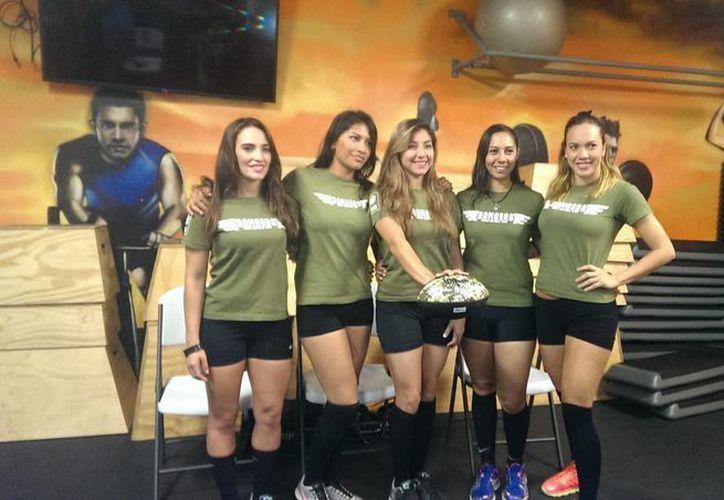 """Imagen de las integrantes de la Selección Mérida de futbol americano en bikini que participarán en el """"Tazón Maya 2014"""". (Marco Moreno/SIPSE)"""