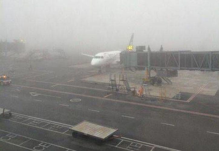 La neblina en el aeropuerto de Monterrey llevó al cierre temporal de esa terminal aérea. (Twitter.com/@JorgeLongoria)