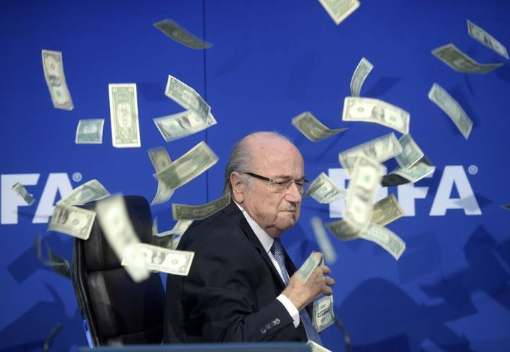 Este jueves se dio a conocer el sueldo que recibió Joseph Blatter en 2015, mientras se encontraba a cargo de la FIFA.(AP)