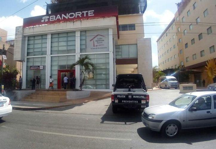 La sucursal bancaria se ubica en la avenida Tulum, Supermanzana 4, esquina con la calle Viento. (Eric Galindo/SIPSE)