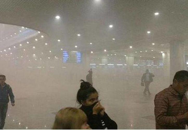 En Twitter se publicaron las imágenes del incendio en el aeropuerto de Moscú. (twitter/@WeForNews)