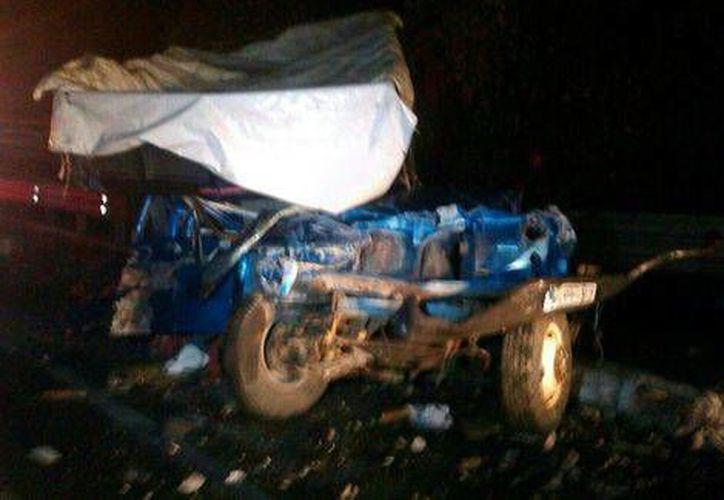 Tras el impacto la cabina del tráiler se desprendió y bloqueó dos carriles sobre la autopista, lo que ocasionó el choque entre dos camiones de pasajeros. (Milenio)