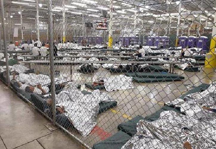 El gobierno de Barack Obama enfrenta resistencia para enviar a los menores y adultos a centros de procesamiento y albergues fuera de Texas. (EFE/Archivo)