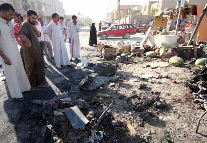 Imagen del lugar donde explotó un coche bomba el sábado en la localidad iraquí de Karbala. (EFE)
