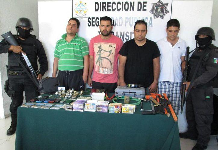 Los cuatro fuereños sospechosos de robo, detenidos en Progreso. (Milenio Novedades)
