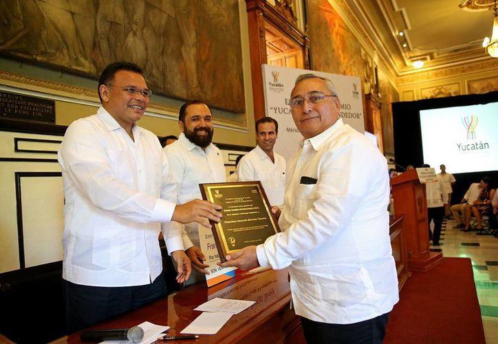 Durante la entrega del Premio Yucatán al Emprendedor, edición 2015, el gobernador Rolando Zapata Bello presentó la convocatoria para participar en el intercambio Start Up Madrid. (Fotos cortesía del Gobierno de Yucatán)