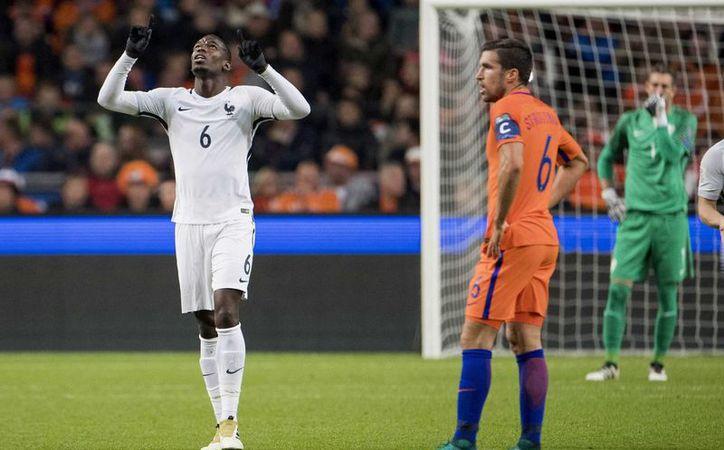 Pogba celebra su gol. Suficiente para que Francia derrotara a Holanda en la eliminatoria mundialista de Europa. (Fotos: EFE)