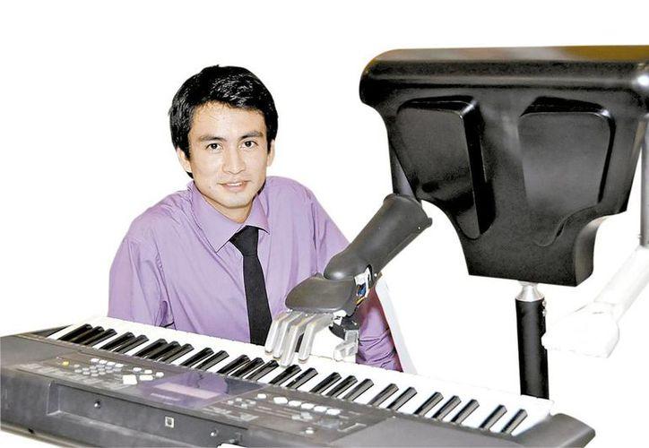 El joven politécnico Miguel Adad Martínez Genis y su robot llamado Rohmus (Milenio)