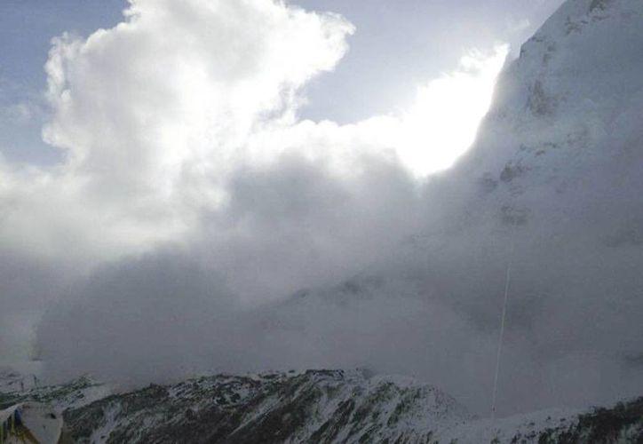 En esta foto proporcionada por Azim Afif, muestra una pequeña avalancha en Pumori montaña visto desde el campamento base del Everest, en Nepal. Varias avalanchas provocadas por el terremoto masivo de Nepal mataron a un número indeterminado de personas y dejó a otras cientas desaparecidas. (AP)